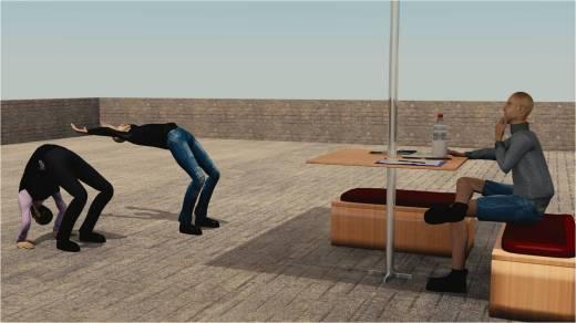 Mencontohkaan gerakan salto. jago juga ya ex boss gw bisa salto.